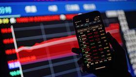 台股收漲219.92點在美股上揚及資金回流挹注下,台北股市30日股匯雙漲,傳產及金融股買單積極,推升大盤收漲219.92點,為10992.14點,漲幅2.04%,成交金額新台幣2290.84億元。中央社記者裴禛攝 109年4月30日