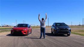 ▲Toyota Camry TRD對決RAV4 Prime(圖/翻攝The Fast Lane Car Youtube)
