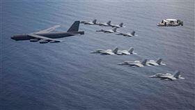 美軍B-52+大黃蜂戰機部署南海畫面曝(圖/翻攝美國太平洋空軍臉書)