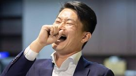 陳柏惟後來透過臉書回應,本來沒有黑衣人圍議場,現在有了,他還貼出4張自己狂笑的照片,並tag林為洲,反諷意涵濃厚。 (圖/翻攝自3Q 陳柏惟臉書)