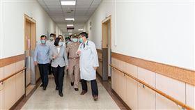 蔡英文總統6日赴國軍高雄總醫院左營分院探視演訓意外的陸戰隊員及家屬。(圖/總統府提供)