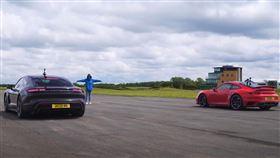 ▲Porsche 911 Turbo S對決Taycan Turbo S(圖/翻攝自CarWow Youyube)