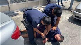 男子被警方壓制在地。(圖/讀者提供)