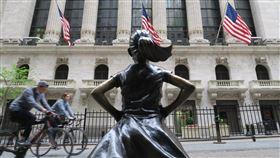 美股道瓊勁揚553點  收復25000點大關美股道瓊工業指數美東時間27日勁揚553點,兩個半月來首度收在25000點以上。圖為紐約證券交易所與對街的「大無畏女孩」雕像。中央社記者尹俊傑紐約攝  109年5月28日