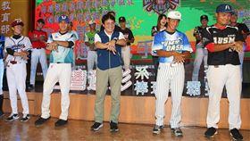 高俊雄率選手跳洗手舞 籲運動也要做好防疫2020年第3屆台灣運彩全國大專校院系際盃棒球爭霸賽6日舉行全國總決賽開賽記者會,體育署長高俊雄(前中)和選手們一起跳洗手舞,呼籲從事體育運動也要做好防疫。中央社記者謝佳璋攝 109年7月6日