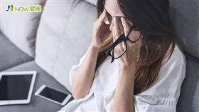 名家專用/NOW健康/現代人依賴3C產品,離不開手機和電腦,中醫師鄭愛蓮表示,門診患者多半是因為太過勞累、用眼過度,才出現飛蚊症現象。(勿用)