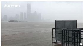 中國暴雨成災,位於武漢市著名的龍王廟觀景平台,都整個被淹沒在水中。(圖/翻攝自南方都市報微博)