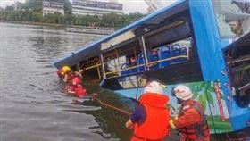 中國大陸,巴士衝進貴州安順市虹山水庫(圖/翻攝自人民日報微博)