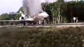 ▲毒梟小型飛機企圖利用公路降落失敗。(圖/翻攝自推特)