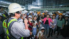 台北市議會工務委員會考察大巨蛋(1)台北市議會工務委員會7日到大巨蛋工地現場考察,國民黨籍市議員王欣儀(前右4)等人向遠雄營造人員提問,了解大巨蛋工程現況。中央社記者王騰毅攝 109年7月7日