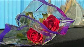 玫瑰花,身障,賣花,車陣(翻攝自 爆廢公社公開版)