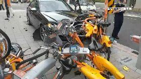 撞車毀整排1200