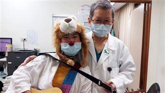 隔28年!紅鼻子醫生遇接生她的醫師