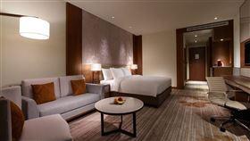 台北六福萬怡酒店 Deluxe King Room 豪華客房。(圖/KKday提供)