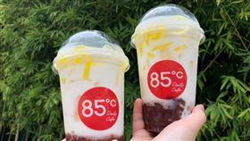 古早味剉冰變飲品「紅豆粉粿鮮奶」。(圖/85˚C提供)