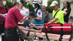 台北市德行東路公寓頂樓火警,1對母子送醫救治。(圖/翻攝畫面)