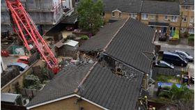 起重機吊臂倒塌,將民宅切成兩半。(圖/翻攝自Mohammad Zaidw推特)