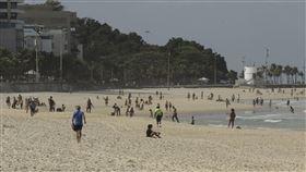 武漢肺炎疫苗問世前,巴西里約沙灘禁泳者。(圖/美聯社/ 達志影像)