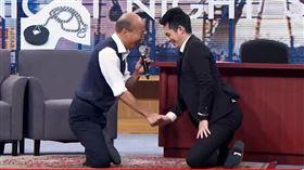 韓國瑜,博恩夜夜秀,盤腿,武大郎,膝蓋走路(圖/翻攝自STR Network YouTube)