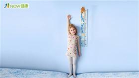 名家專用/NOW健康/聶美華指出,暑假是讓孩子長高最好的時機,此期間孩子睡眠時間較為充足,可以多把握這段黃金時間。(勿用)