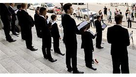 新冠疫情對全球表演藝術領域造成強大衝擊,不只是觀眾受限,表演者本身也得注意風險,為了避免群聚與近距離接觸,很多團體甚至根本無法練習。在確診人數與死亡人數皆居全球之冠的美國,《費城消息者》(The Philadelphia Inquirer)報導即指出:專家評估,合唱團得以安全重聚的時間,可能還在遙遠的兩年以後。