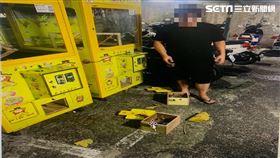 台北市陳男在娃娃機內加裝彈跳網,還當賭客兌換現金遭逮。(圖/翻攝畫面)