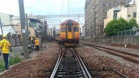 台鐵自強號晚間出軌目前正在搶修中。(圖/台鐵提供)