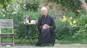 畫面萌翻!英國牧師直播講道 貓咪亂入「偷喝牛奶」(圖/翻攝自 Canterbury Cathedral YouTube)