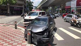 台中救護車遭撞 病患重傷送醫(圖/翻攝畫面)