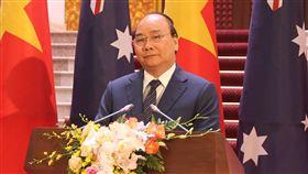 越南與澳洲總理河內會談 關切南海議題澳洲總理莫里森(左)22日起訪問越南3天,他23日在河內與越南總理阮春福(右)舉行會談,雙方都對南海近期緊張局勢表示關切。圖為兩國領導人會談後共同主持記者會。中央社河內攝 108年8月23日