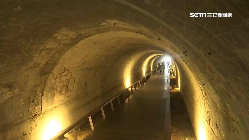 星空隧道滿塗鴉 旗津觀光客回籠傻眼