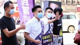 港泛民辦立法會選舉初選 候選人拉票香港泛民11及12日舉行立法會選舉初選,以協調選出陣營的參選人,圖為公民黨參選人在街上拉票。(公民黨提供)中央社記者張謙香港攝 109年7月11日