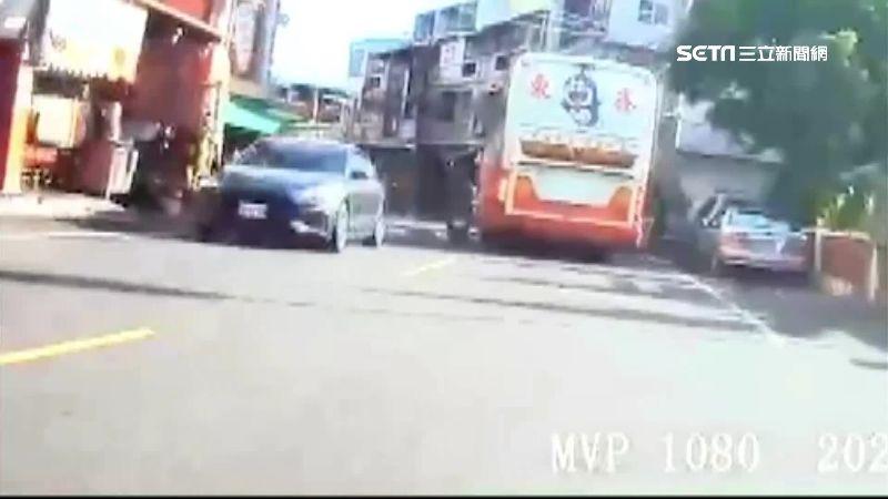 7旬騎士載妻超車不成 撞遊覽車慘摔