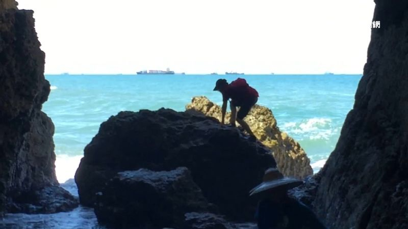 海蝕洞秘境夯 遊客無視落石公告進入