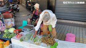 獨/台中九旬嬤賣菜 擺攤賺兒醫藥費(圖/記者陳佳鈴)