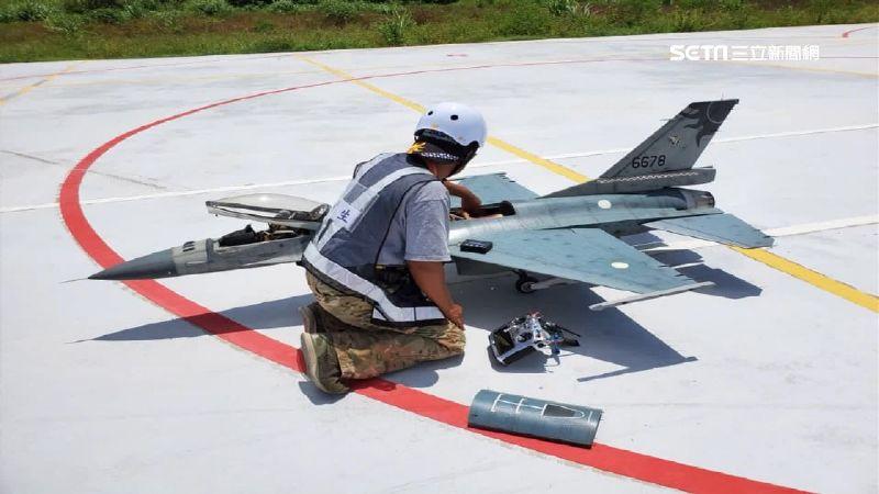 遙控噴射戰機直衝高空 炫技險墜機