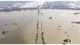 江西永修潰堤,附近村莊道路已被淹沒。(圖/翻攝自新華網)