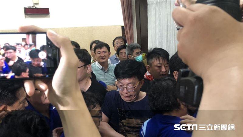 直擊/藍委突襲立院擋陳菊爆衝突 鍾佳濱、費鴻泰濺血