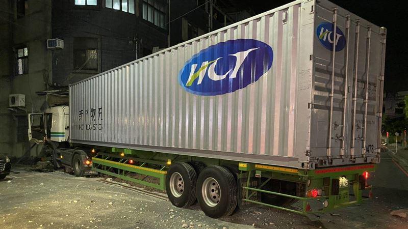 貨櫃車剛出公司 駕駛失去意識撞民宅