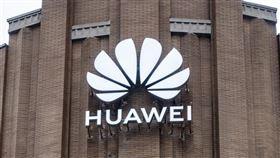 英國首相強生預計14日宣布禁止華為參與英國5G網路建設的禁令,這項重大決定將贏得華府稱許,但勢必會激怒北京。(圖/中新社提供)