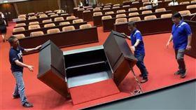 國民黨立委林為洲、賴士葆怒摔質詢桌。(圖/翻攝自林楚茵臉書)