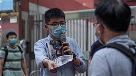 黃之鋒今(2)晚在臉書揭露自己目前狀況,他說,「各位香港人,大家好。我人無事,未被送中,目前尚算安好」。(圖/翻攝自黃之鋒臉書)