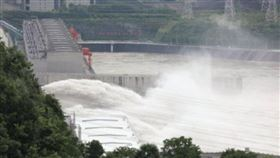 三峽大壩洩洪▲。(圖/翻攝自三峽晚報微博)