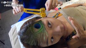 師傅用孔雀羽毛加上音叉震動,喚醒臉部的神經。