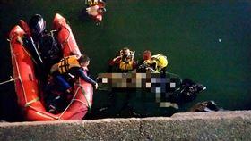 計程車衝入台中港4死 救援畫面曝光(圖/翻攝畫面)