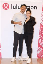 王陽明、蔡詩芸攜手出席運動品牌開幕,甜蜜分享熱汗生活方式。(記者邱榮吉/攝影)