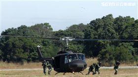奮鬥將近50年的老戰友UH-1H直升機,正式卸下戎裝,為自己的服役生涯畫下了完美句點。。(記者邱榮吉/台中拍攝)