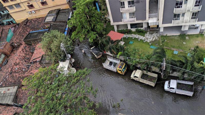 印度疫情蔓延、洪水襲擊 百萬人湧入臨時庇護所避難