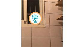 女網友上廁所時,驚見窗外3雙眼睛偷窺。(圖/翻攝自抱怨公社)
