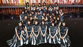 欅坂46昨日直播演唱會上,突然宣布將於10月解散,另組新女團。(圖/翻攝自推特)